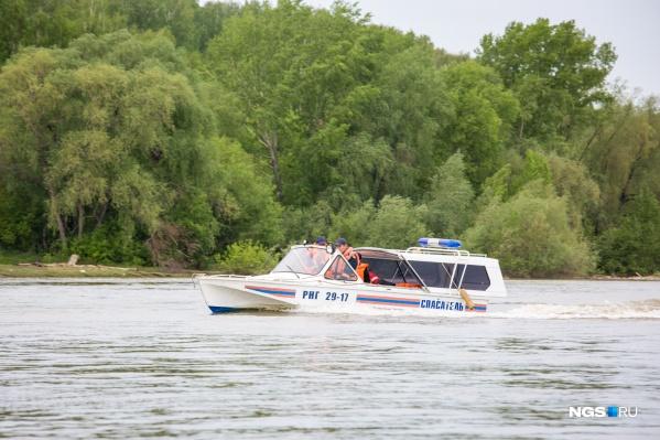 Спасатели посчитали опасным плот, сделанный из лодочной камеры и досок
