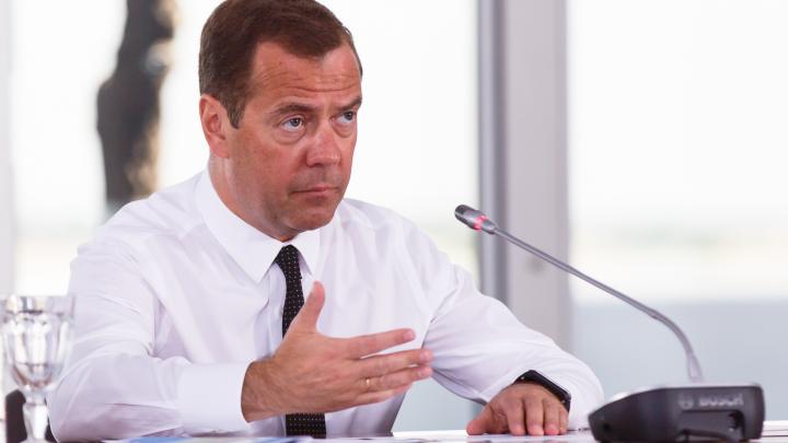 Деньги есть, но не шевелятся: Медведев вспомнил совещание в Волгограде и раскритиковал чиновников