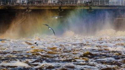 Шторм и брызги, как на Чёрном море: на Камской ГЭС спускают воду