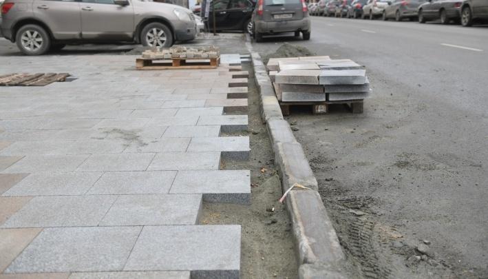 Прокуратура разберется, почему рабочие медленно укладывают плитку в центре Екатеринбурга