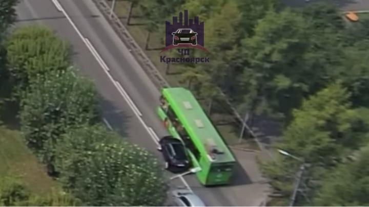 «Дорого-богато»: «Ягуар» влетел в пассажирский автобус и стал поводом для шуток в соцсетях
