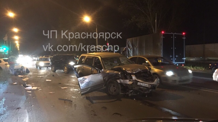 Водитель-виновник пострадал в жёсткой аварии трёх авто на Семафорной