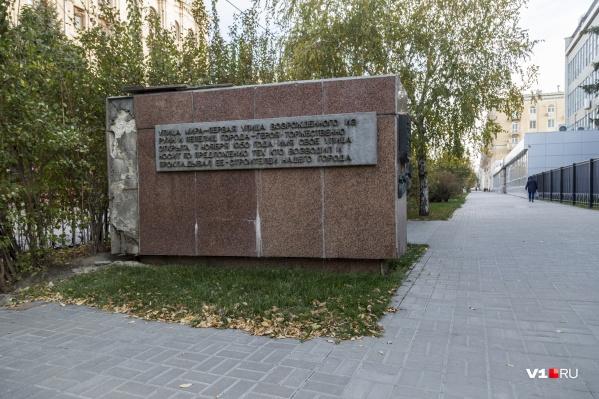 Чиновники разрушающийся памятник не замечают