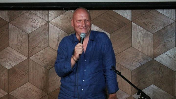 Видео: бывший владелец завода начал петь в новосибирских барах