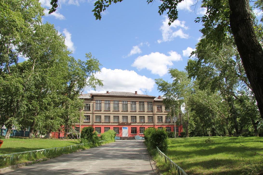 Неподалёку от комплекса расположена общеобразовательная школа