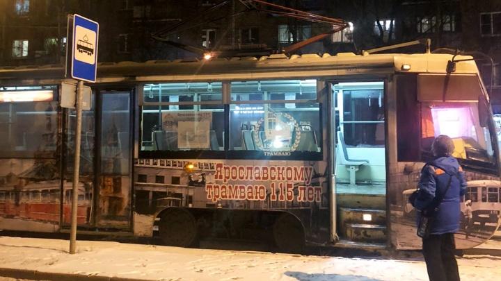 «Почувствовали удар, полетели искры»: в Ярославле загорелся трамвай