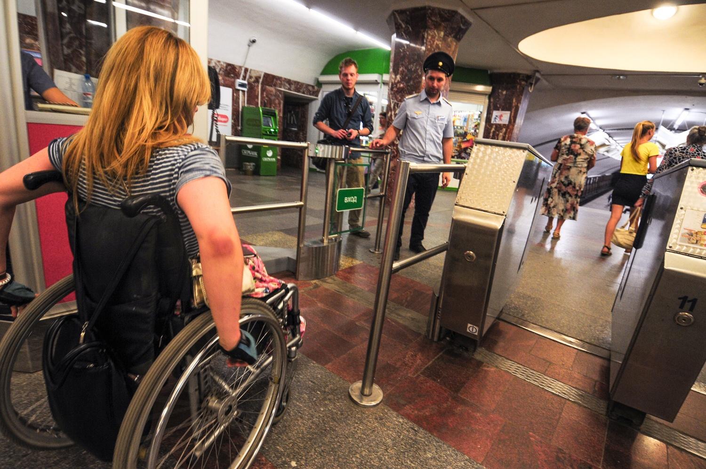 В метро, как и на улицах, люди на инвалидном кресле привлекают массу любопытных взглядов