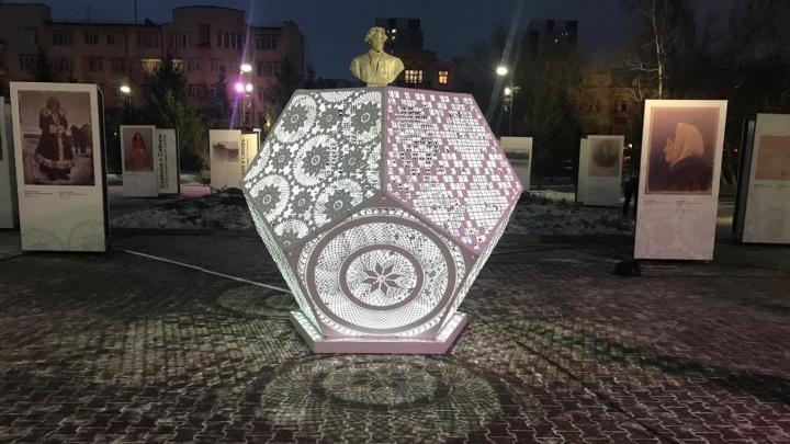 В сквере Сурикова установили ажурную лампу в честь матери художника