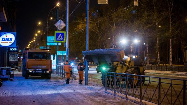 Фото: в Новосибирске начался сезон уборки заснеженных улиц