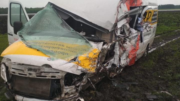 На трассе «Мерседес» столкнулся с двумя грузовиками: пострадали два человека