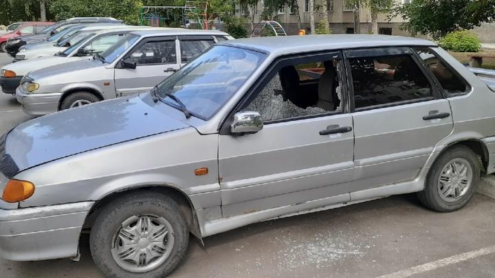 Во дворе на ОбьГЭСе обстреляли две припаркованные машины
