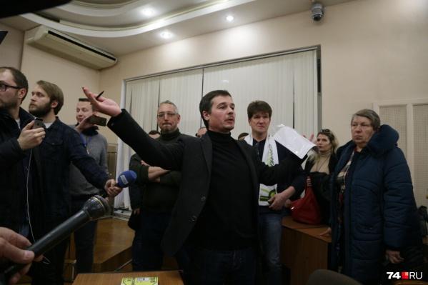 На встрече с врио мэра Игорь Кривченко также выступил модератором, успокаивая страсти