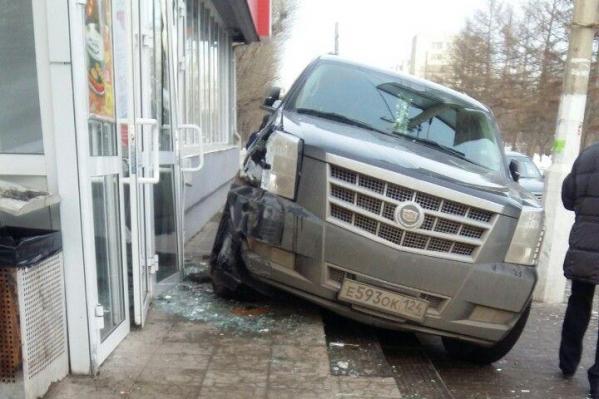 По счастливой случайности, в результате ДТП никто не пострадал. Внедорожник остановился, ударившись о входную группу гастронома<br>