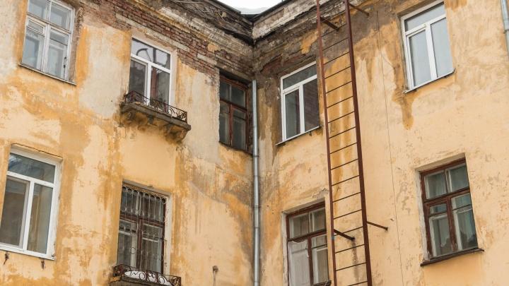 Дыры в крыше и сыплющиеся стены.Репортаж из пермского дома, в котором рухнул потолок, но живут люди