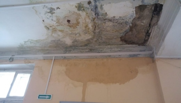 «Ситуация критическая»: школа, где из-за потопа перекрыли этаж, будет судиться