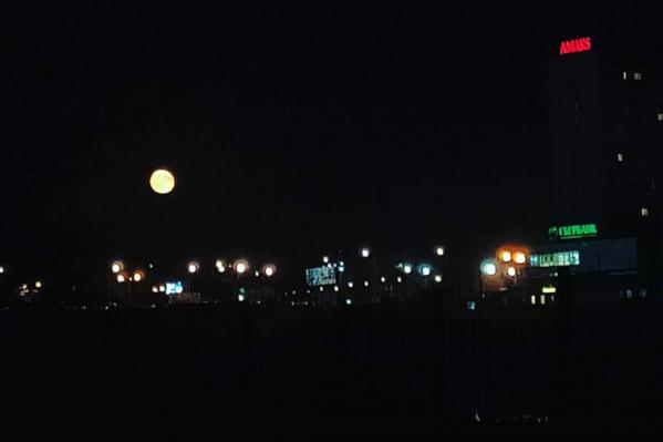 Вот такая большая и заметная луна видна в небе