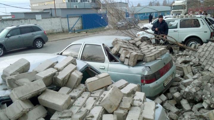 «Обещали оплатить ремонт без суда»: в Волгограде кирпичная стена депо рухнула на машины