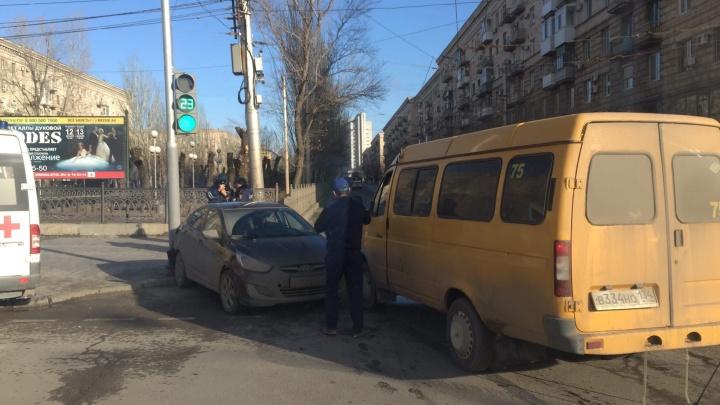 Беременную увезли в больницу: на проклятом перекрестке в центре Волгограда «Газель» подбила иномарку