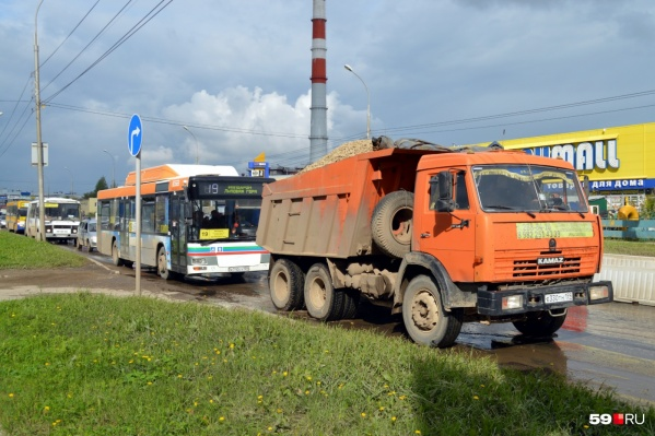 В пробку из-за реконструкции дороги попали и легковушки, и грузовые машины, и автобусы. Фото сделано 5 сентября