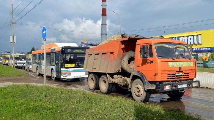 На улице Героев Хасана перенастроили светофоры, запретили повороты и поделили маршрут автобуса № 19