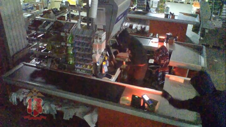 Шестеро подростков объединились в банду и грабили по ночам магазины в Назарово