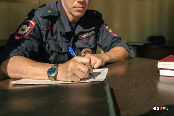 Молодых людей отвезли в районные отделы полиции