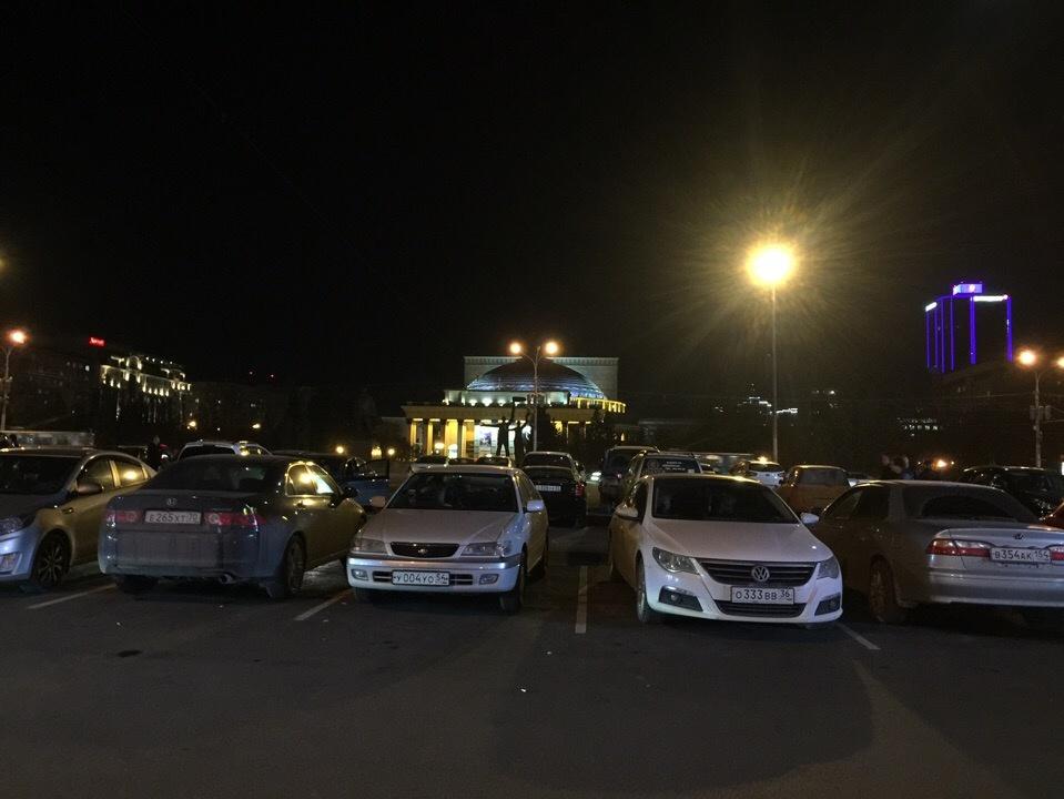 В мэрии объявили о запрете ночной парковки на Ленина ещё в прошлом месяце, но запрещающий знак пока не установили
