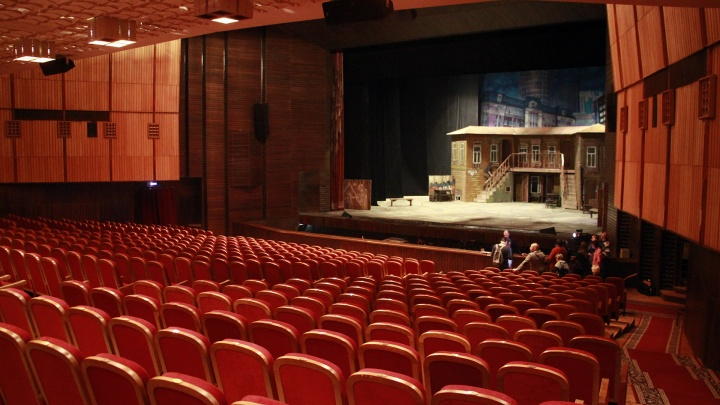 Омскому музтеатру устроили серьёзную проверку после жалобы на шатающееся кресло