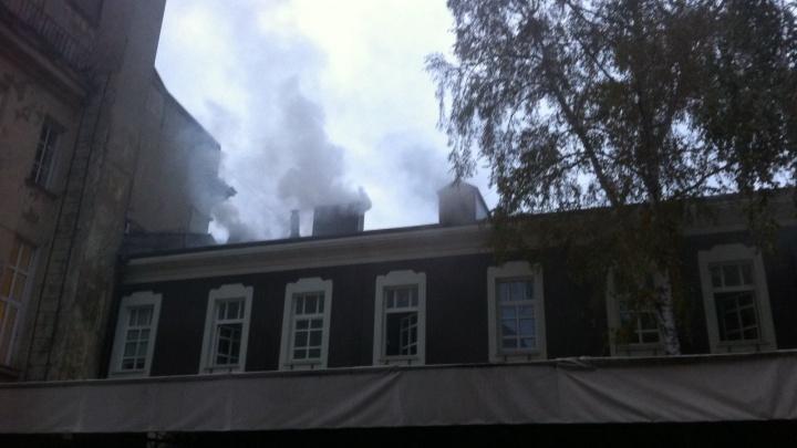 В центре Новосибирска загорелся старинный особняк с барами