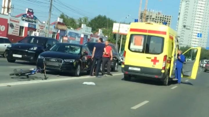 Выехал поперёк дороги прямо под машину: ДТП с велосипедистом на Труда попало на видео