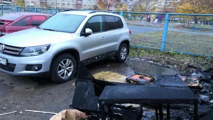 Горит мусор — плавятся машины: в челябинском дворе огонь со свалки повредил Volkswagen Tiguan