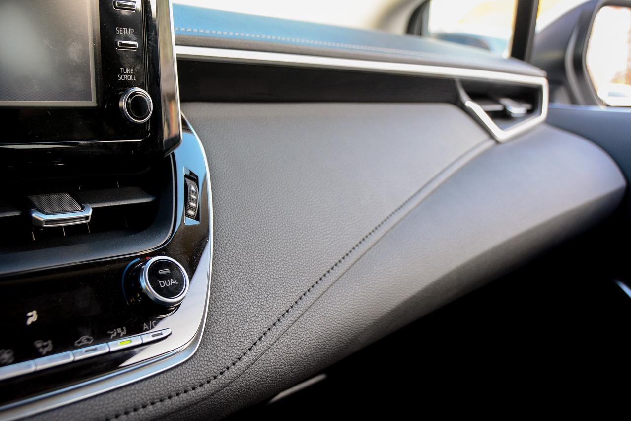 Фривольный изгиб передней панели — раньше Toyota избегала нарочитой эффектности