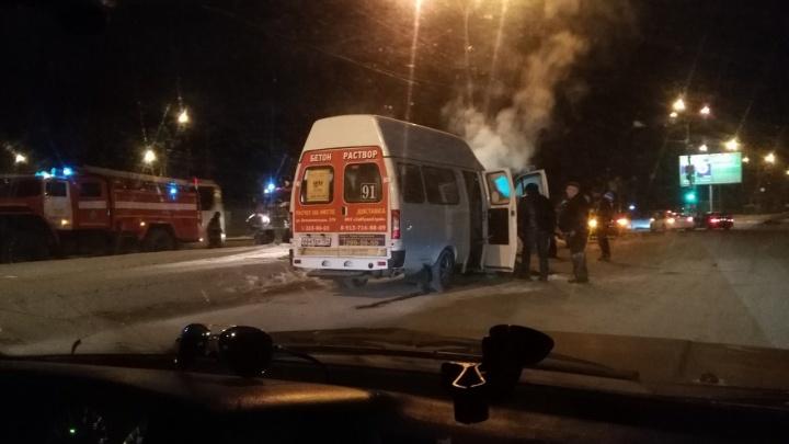 На Бердском шоссе загорелась маршрутка с пассажирами