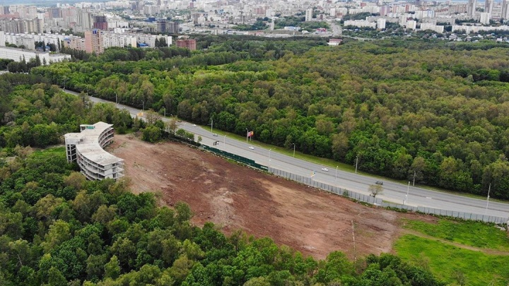 «Почти до трамплина лысое всё»: жителей Уфы обеспокоила вырубка леса у «Ак Йорта»