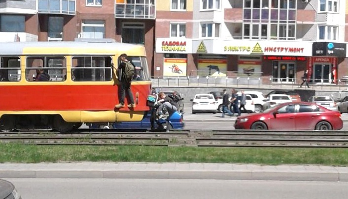В Екатеринбурге из-за детей-зацеперов в день останавливаются 40 трамваев