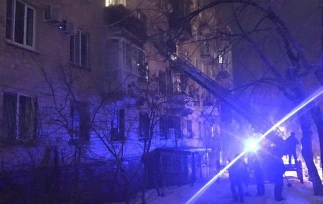 «Спускали по автолестнице»: в центре Волгограда из задымившегося подъезда спасли двоих детей