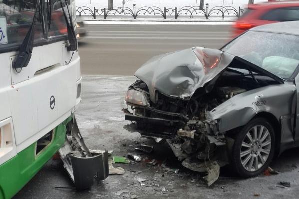 Toyota протаранила автобус у пересечения Республики и Холодильной