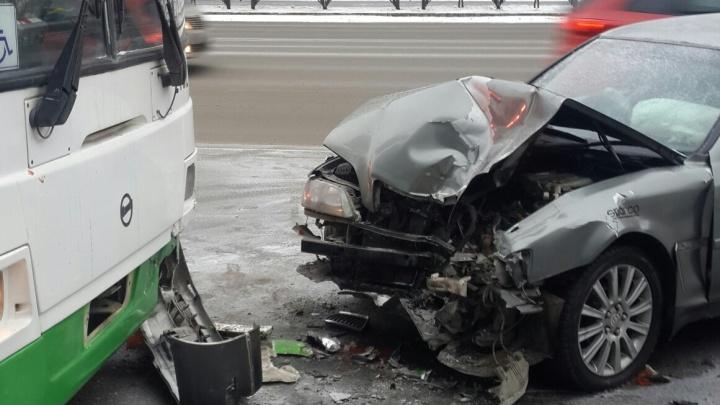 Смертельное ДТП, езда по тротуару на Мельникайте и столкновение с автобусом: дорожные видео недели