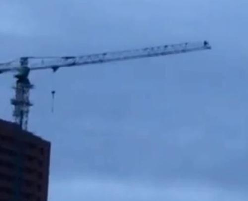 Трое парней прыгнули с башенного крана высотки на Караульной
