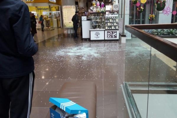 Разбившееся стекло убрали за 10 минут