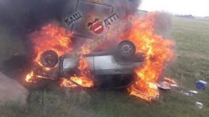 На трассе в Башкирии перевернулась и сгорела легковушка