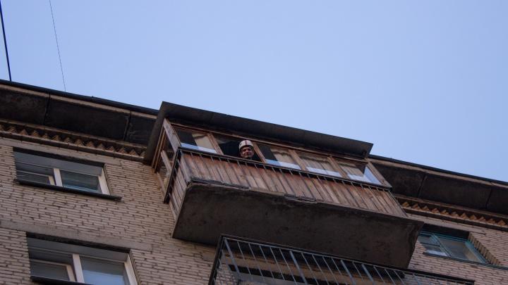 Закрытые на балконах девушки попросили помощи спасателей