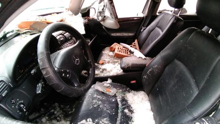 «Я не понял, что произошло»: водитель «Мерседеса» чудом выжил под дождём из кирпичей