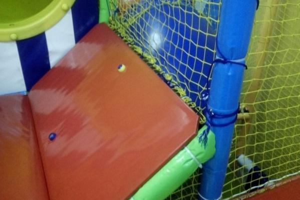 Девочка играла в игровой комнате, подошла к сетке, которая не была закреплена, и выпала