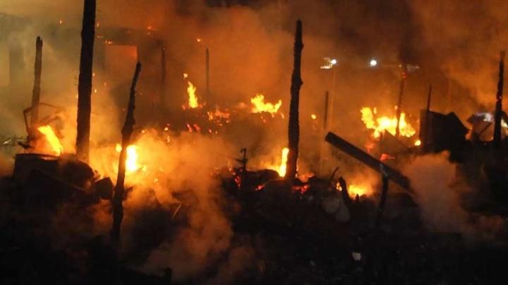 Полиция эвакуировала пять человек: на Шарташе сгорели жилой дом и два автомобиля
