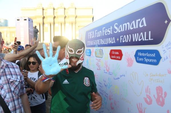 Мексиканец в маске рестлера оставил свой отпечаток на большом полотне