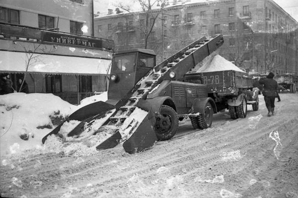 Так выглядела первая снегоуборочная машина, появившаяся в Новосибирске. Фото сделано в 1961 году на улице Крылова, 5