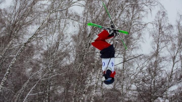 Троих школьников увезли с «Сопки» с травмами ног во время соревнований по фристайлу и сноуборду