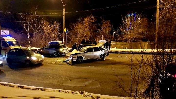 «У ВАЗа не сработали тормоза»: улица Щербакова встала в пробку в обе стороны из-за аварии