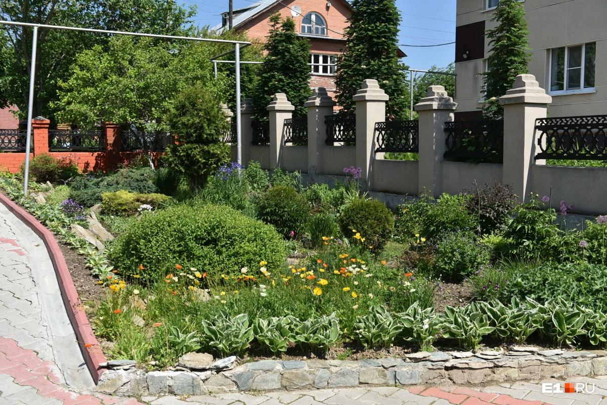 У дома Ашихминых прекрасный сад, им занимается жена Сергея Александровича